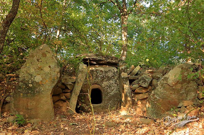 Долменът Змеюва дупка в местността Корубата
