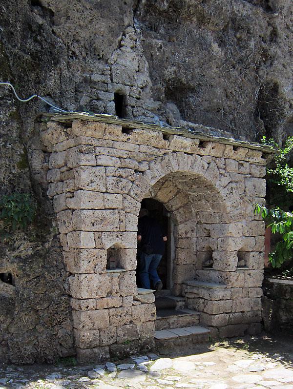Малка пещера, пригодена за служби