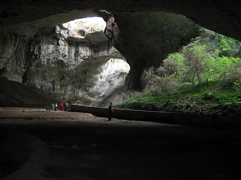 Деветашката пещера отвътре