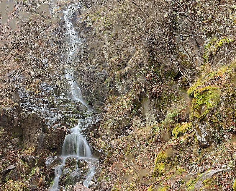 Водопадът в началото на пътеката
