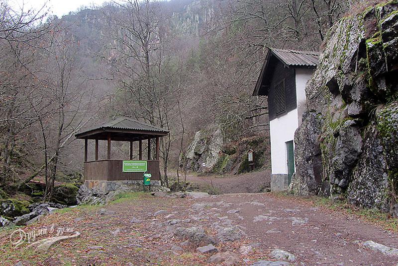 Беседката и каменната къщичка
