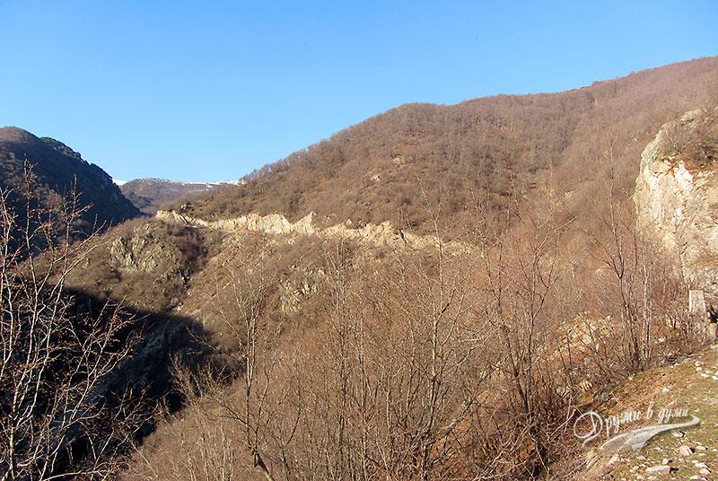 Издълбаните скали покрай пътя за водопада