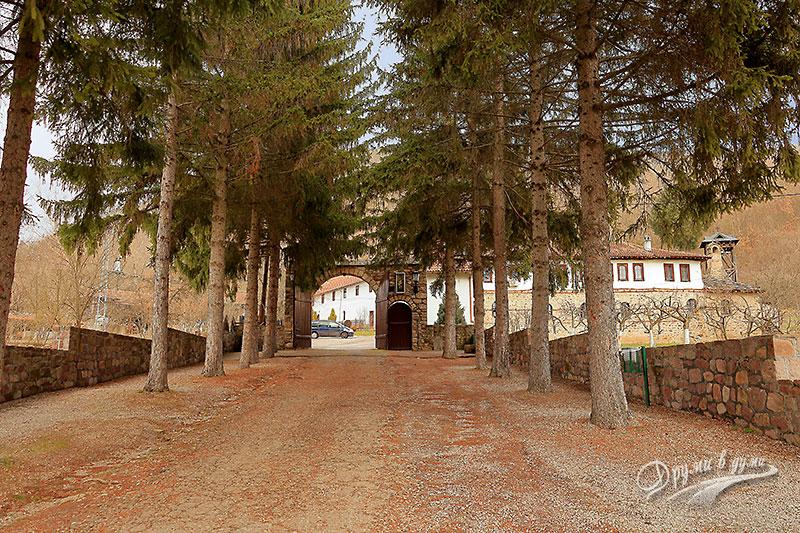 Пред портите на Темския манастир