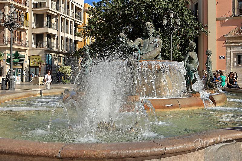 Фонтанът Турия на площада на Девата