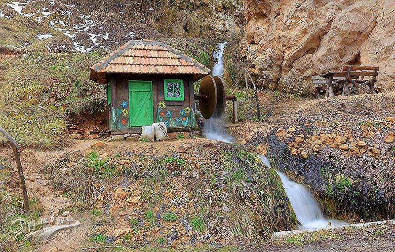 Къщичката до водопада