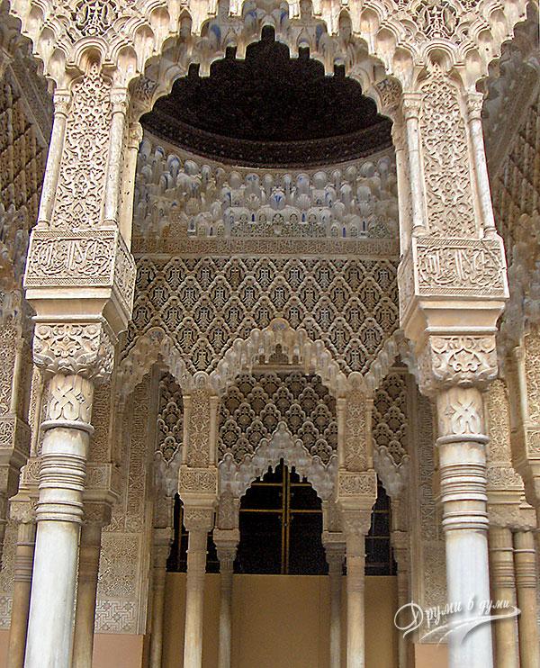 Алхамбра - част от вътрешните орнаменти