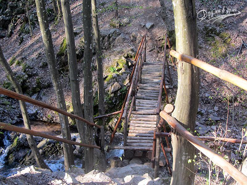 Мостчето над водопада