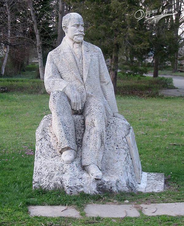 Паметникът на д-р Дамян Иванов, директор на Старата минерална баня