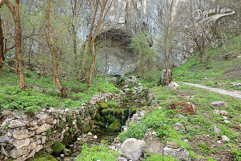 Потокът пред Голямата пещера