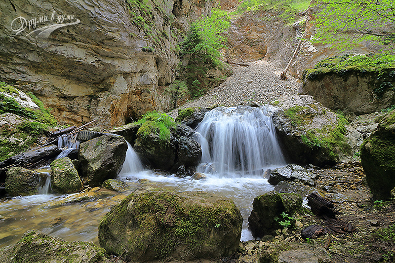 Водопадът с каменния сипей