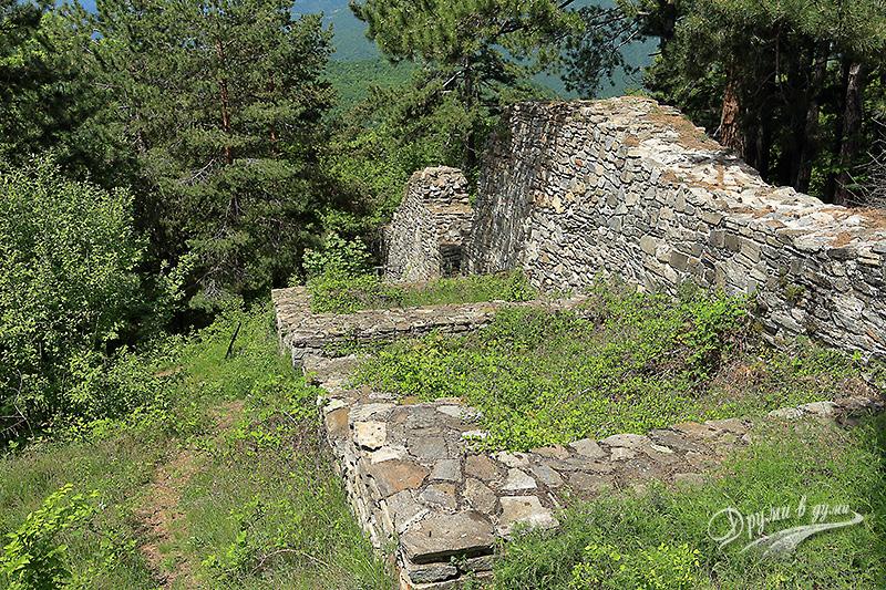 Високите зидове на крепостта Цепина
