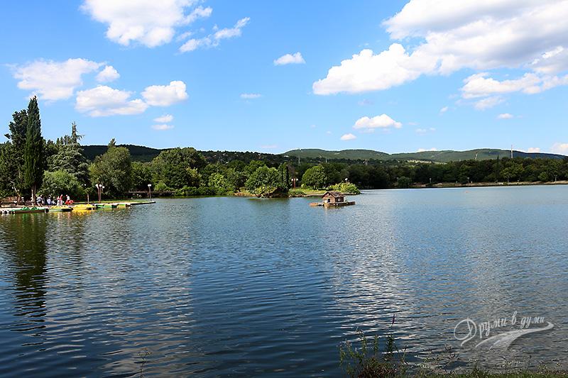 Парк Бедечка с красивото езеро Загорка