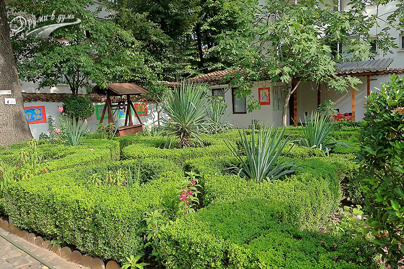 """Къща музей """"Гео Милев"""": градината в двора"""