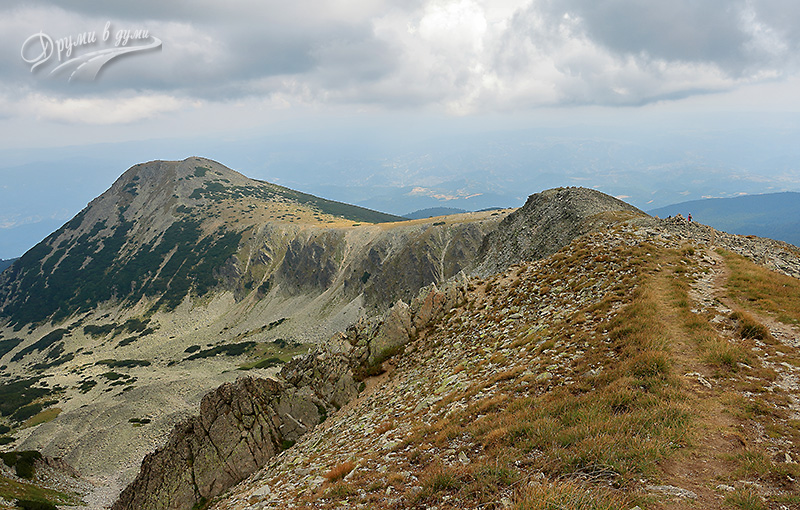 Вървим уверено напред към Полежан, но за малко поглеждаме и назад по пътеката - в далечината връх Безбог