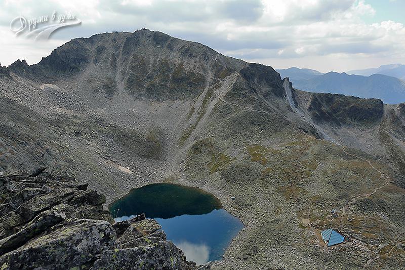Връх Иречек: поглед към връх Мусала и Леденото езеро