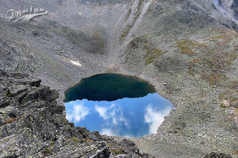 Връх Мусала се оглежда в красивото Ледено езеро