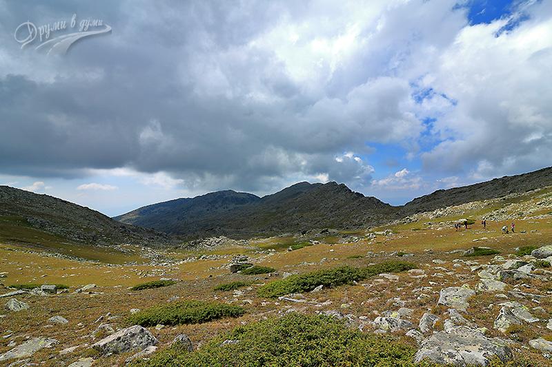 Спано поле, в далечината - Момин връх