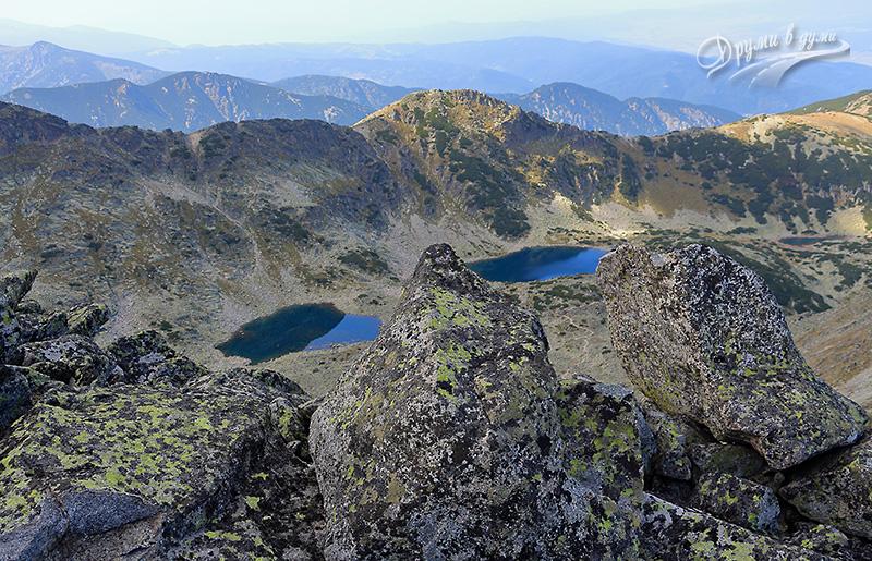 Връх Алеко в далечината, под него - Алеково езеро, до него вляво - Безименно езеро