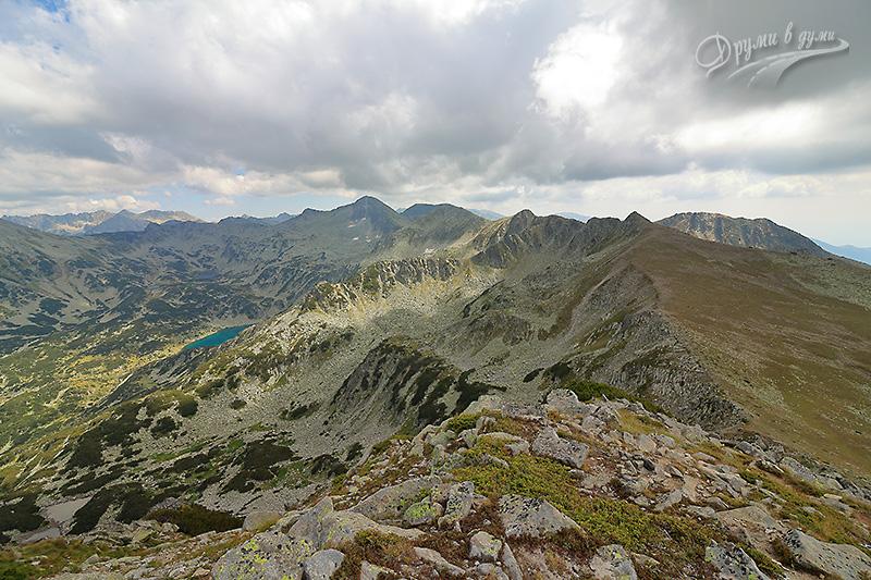 Към Муратов връх: поглед назад - Спано поле, Дончови Караули, едно от Бъндеришките езера и още много пирински върхове