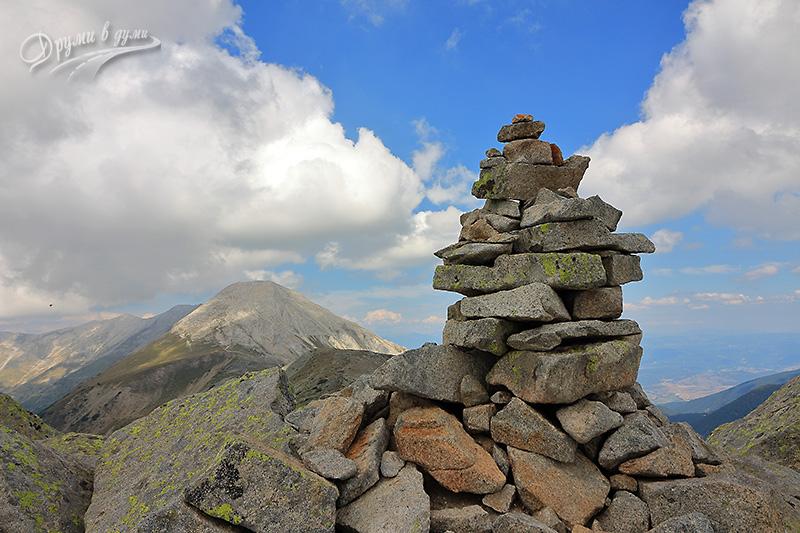 Муратов връх: първа пирамидка и поглед към Вихрен