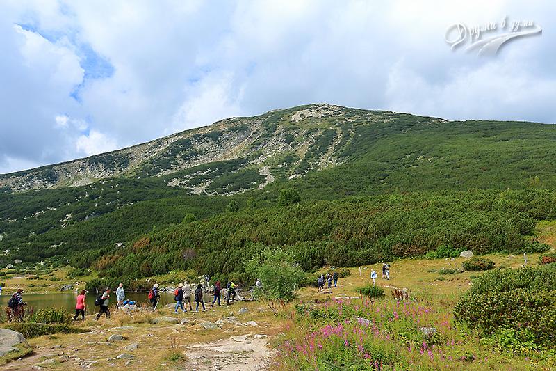 Началото на маршрута към върховете Полежан и Безбог