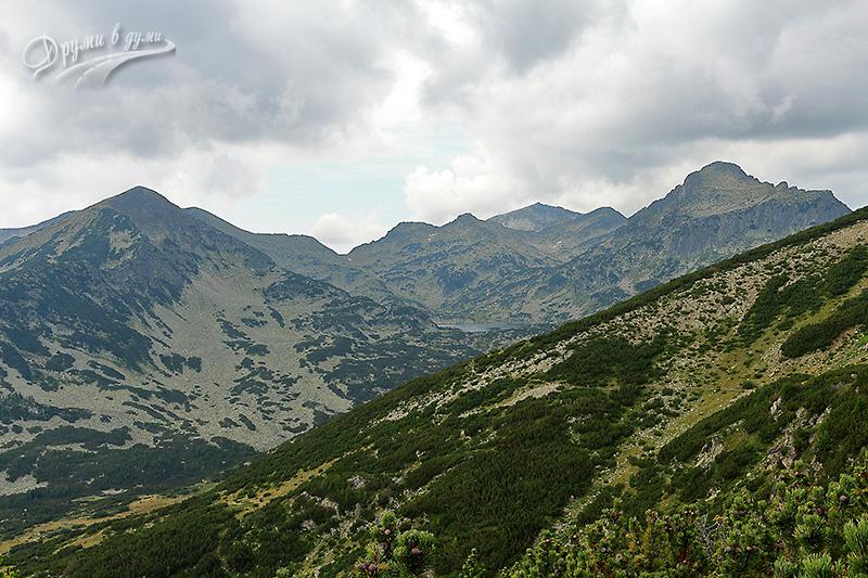 Първи гледки към Попово езеро, пътеката, подсичаща хълма е към него