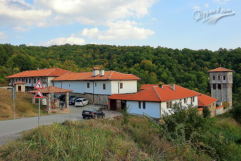 Гигински манастир - портата и поглед от вън