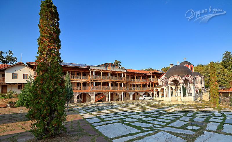 Манастирският двор