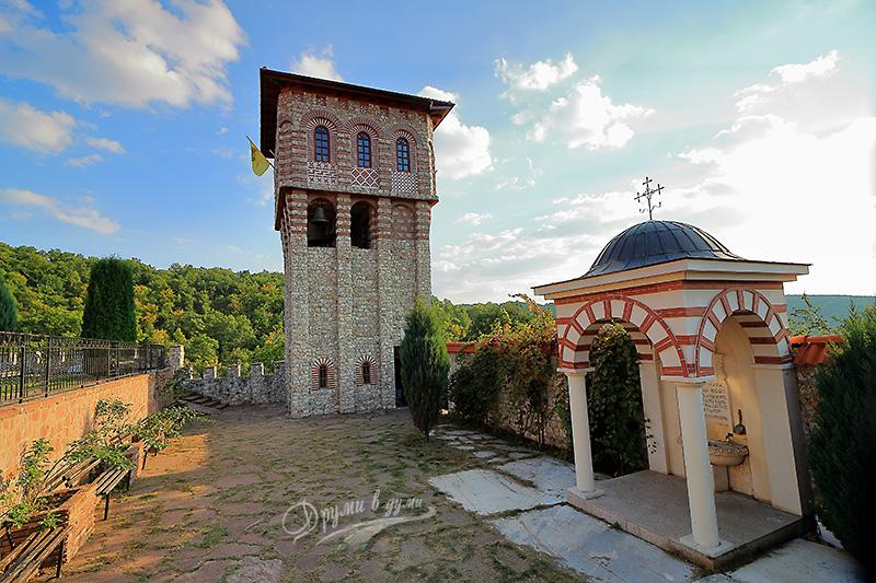Гигински манастир: високата кула-камбанария