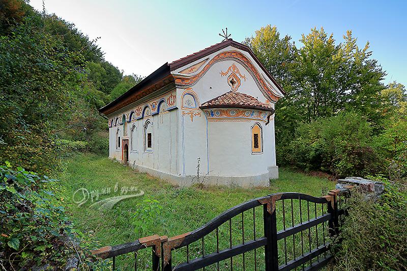 Църквата Св. Йоан Богослов в село Банище