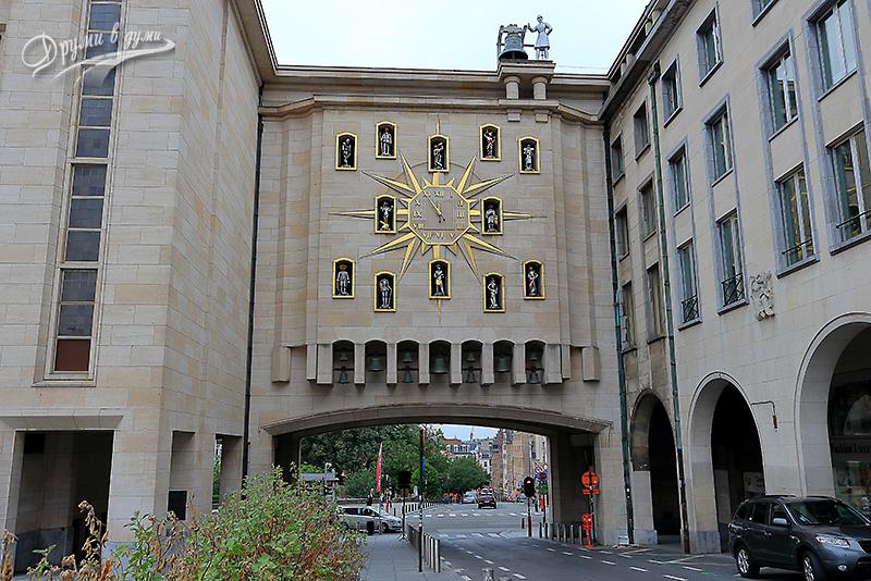 Сградата с часовника (Дворец на династиите)