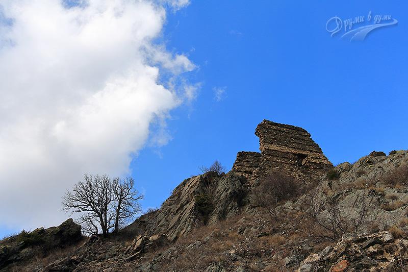 В по-ниските части на крепостта