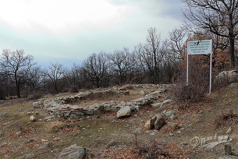 Средновековен манастир в подножието на Аневско кале