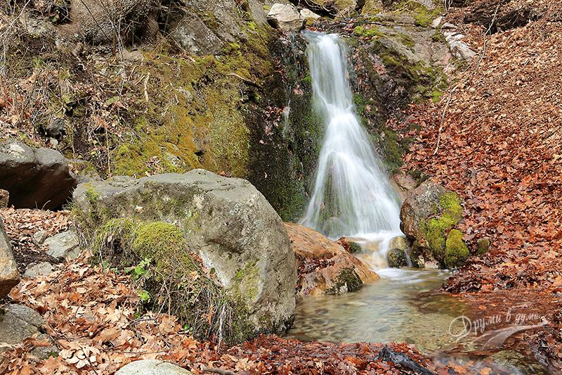 Крепост Копсис: водопадът в началото на маршрута