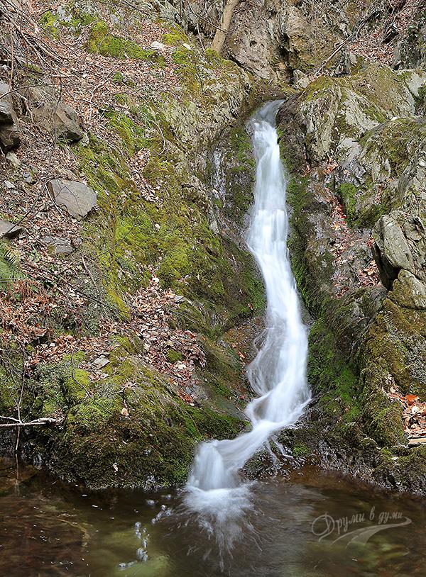 Друг красив водопад по реката
