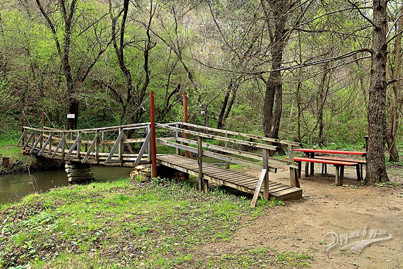 По моста над Голяма река към Златния водопад