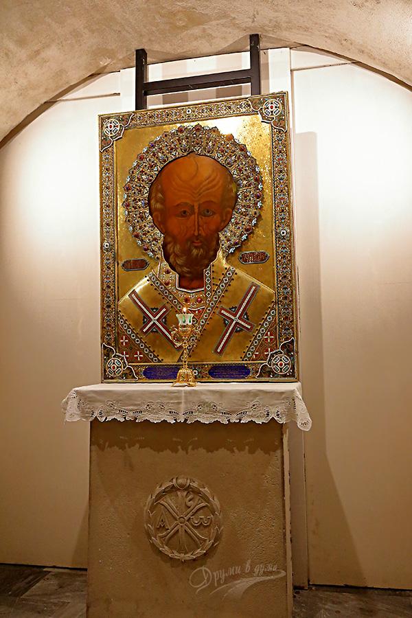 Икона на свети Николай в криптата