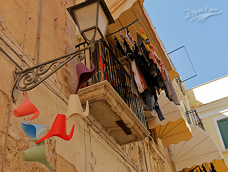 Colors and laundry in the old part of Bari, Italy