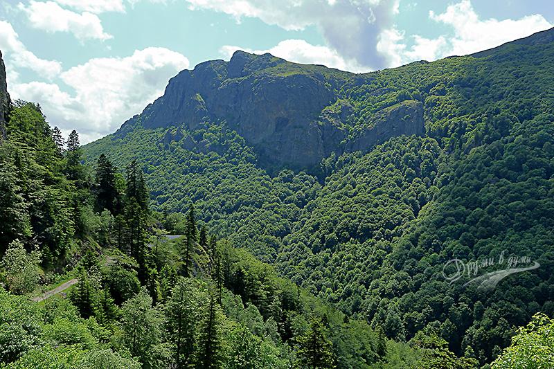 Скалният рид Малка Козя стена срещу водопад Кадемлийско пръскало