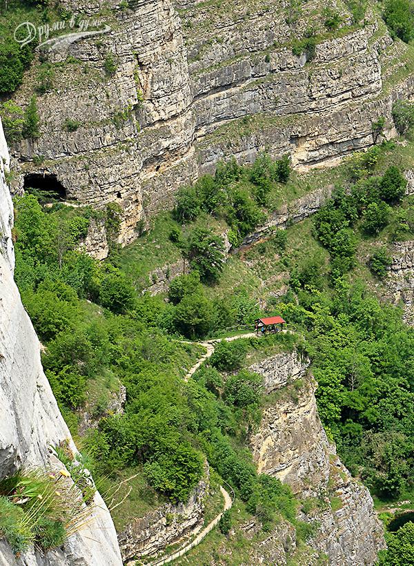 Нагоре по пътеката: поглед към беседката и пещера Темната дупка