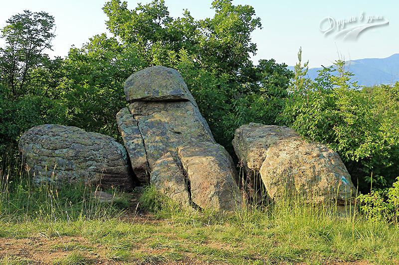 Други каменни грамади наблизо