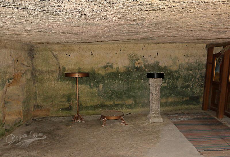 Вътре в църквата на Крепчанския манастир