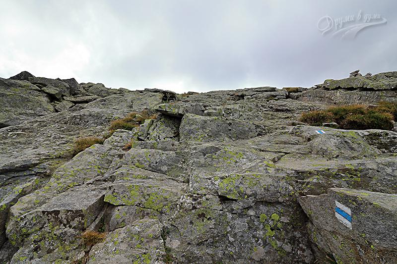 Пътеката вертикално нагоре в скалите