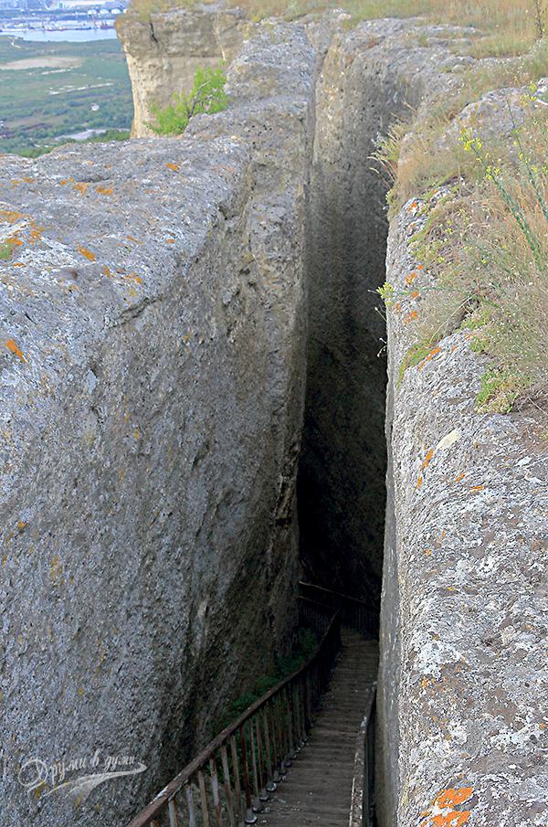 Петрич кале - по стълбата надолу