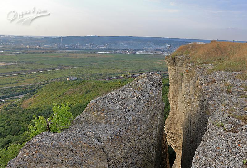 Петрич кале - поглед от платото до стълбата