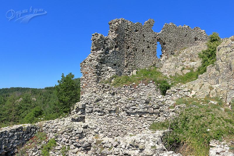 Напред към високата стена на крепостта