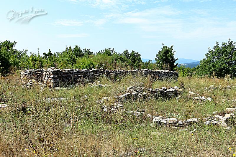 Останки от сградите в крепостта