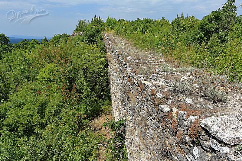 Крепост Лютица: масивните крепостни стени в отдалечения край