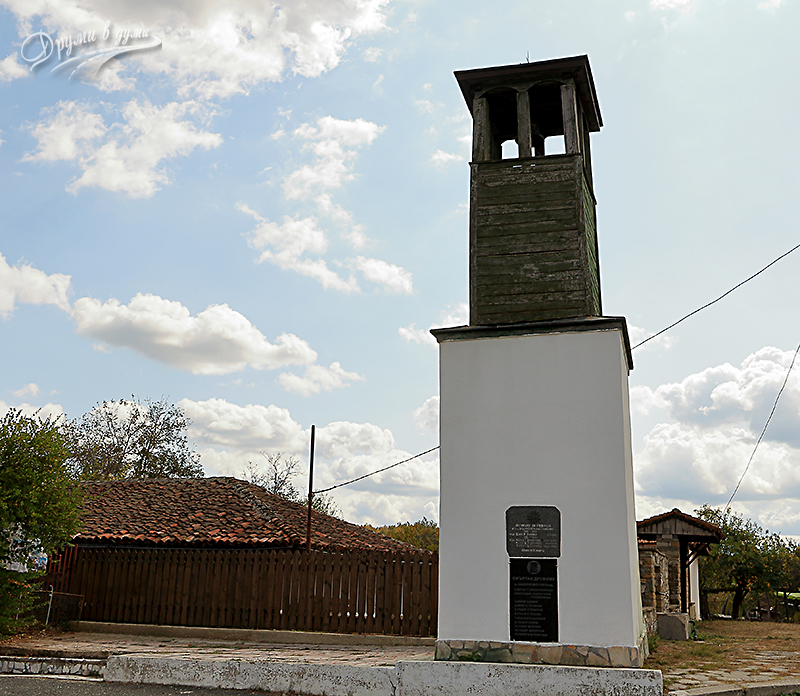 Камбанарията на църквата