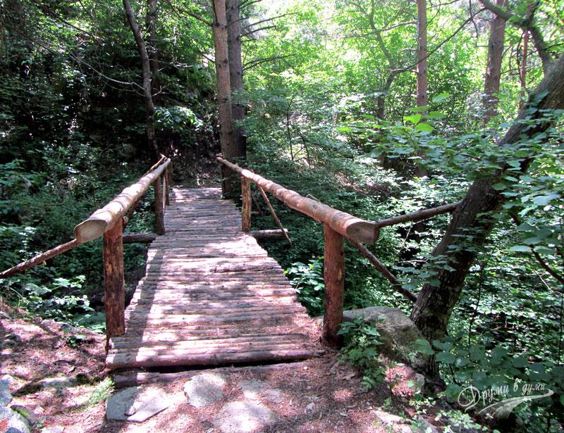 Дървеното мостче преди водопада
